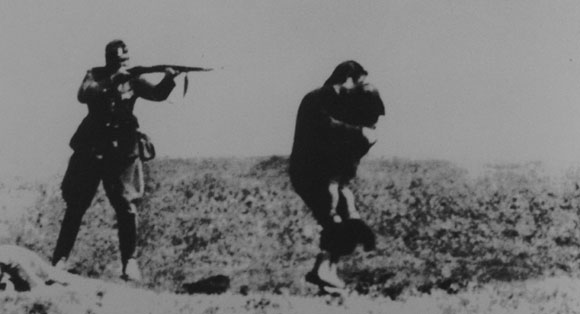 0413 - Holocaust - soldier shooting a woman with child