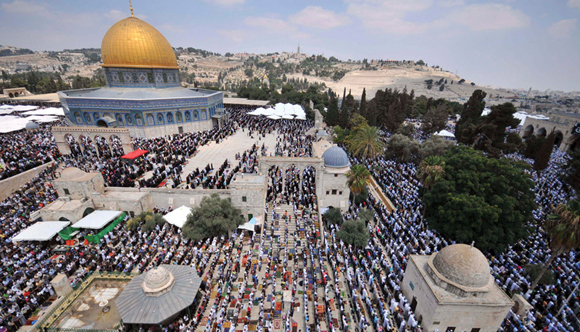 1113 - Palestinians pray at Al-Aqsa