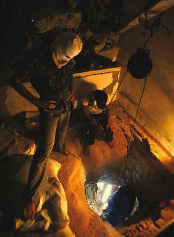 1109 - Terrorists digging a smuggling tunnel