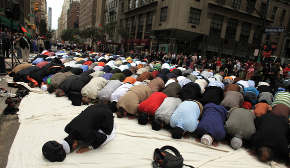 1110-Muslims Pray Outside
